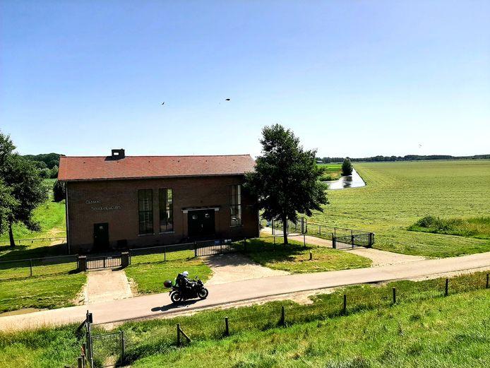 Het laagste punt van West-Brabant, het gemaal Schuddebeurs bij Lage Zwaluwe, pal achter de dijk van het Hollands Diep.