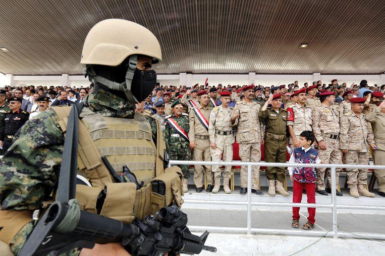 Een militair houdt de wacht tijdens een herdenkingsplechtigheid in Jemen. De burgeroorlog woedt er nu twee jaar.  Beeld EPA
