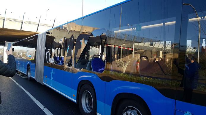 Drie ramen van de schoolbus sneuvelden.