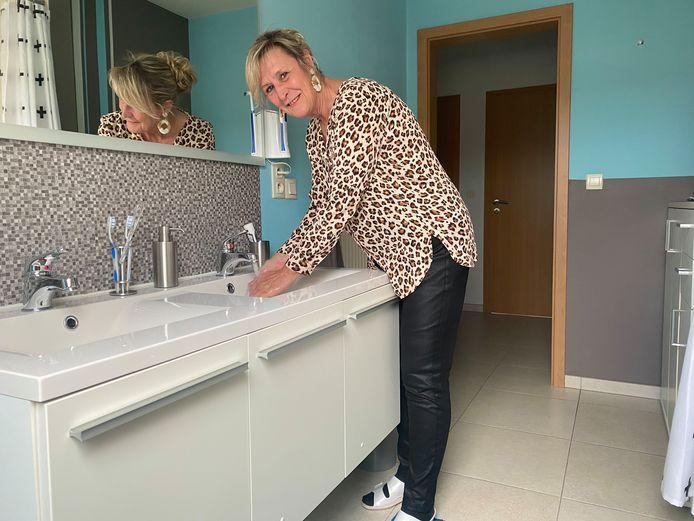 Brigitte D'haese heeft intussen weer proper water, maar dinsdag moest ze toch even slikken toen ze de kleur van haar badwater zag (foto onder)
