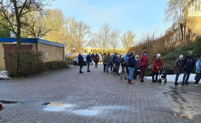 De rij bij het Dokter Jansencentrum in Emmeloord voor een coronavaccinatie.
