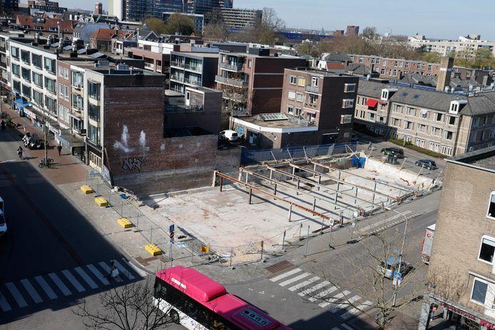 Uitzicht op terrein oude Luxortheater, schoongemaakt door Ton Hendriks vanuit appartement 8ste verdieping. Nijmegen, 18-4-2021 . GV
