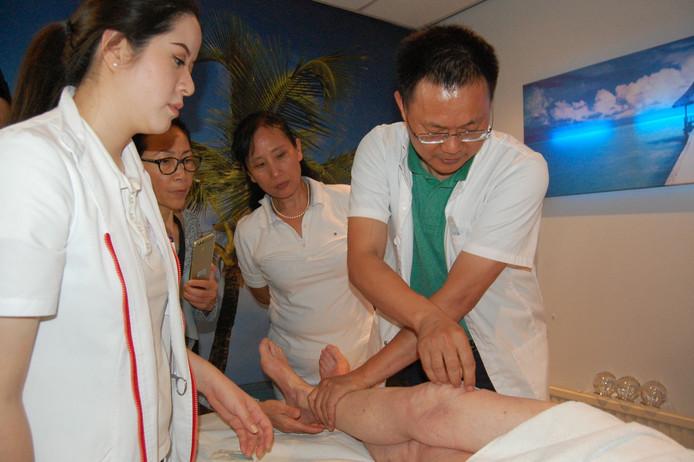 De beroemde Chinese arts Dr. Zhonghua Fu behandelde in Dordrecht mensen met chronische pijnklachten met zijn FSN-methode.