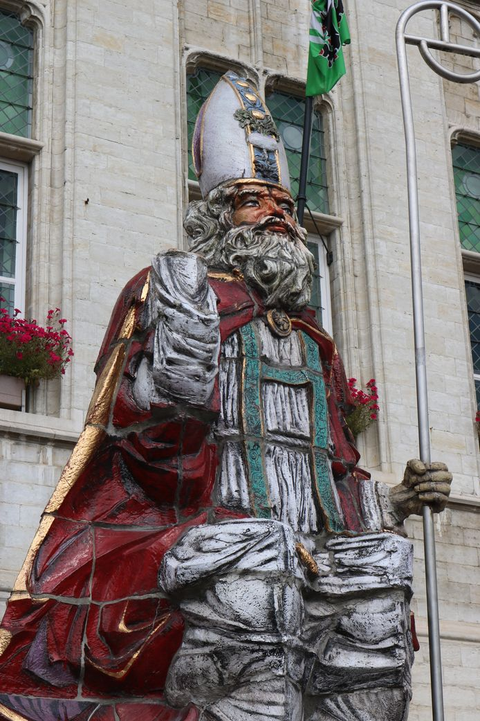 De rechterhand van het Sinterklaasbeeld is afgebroken.