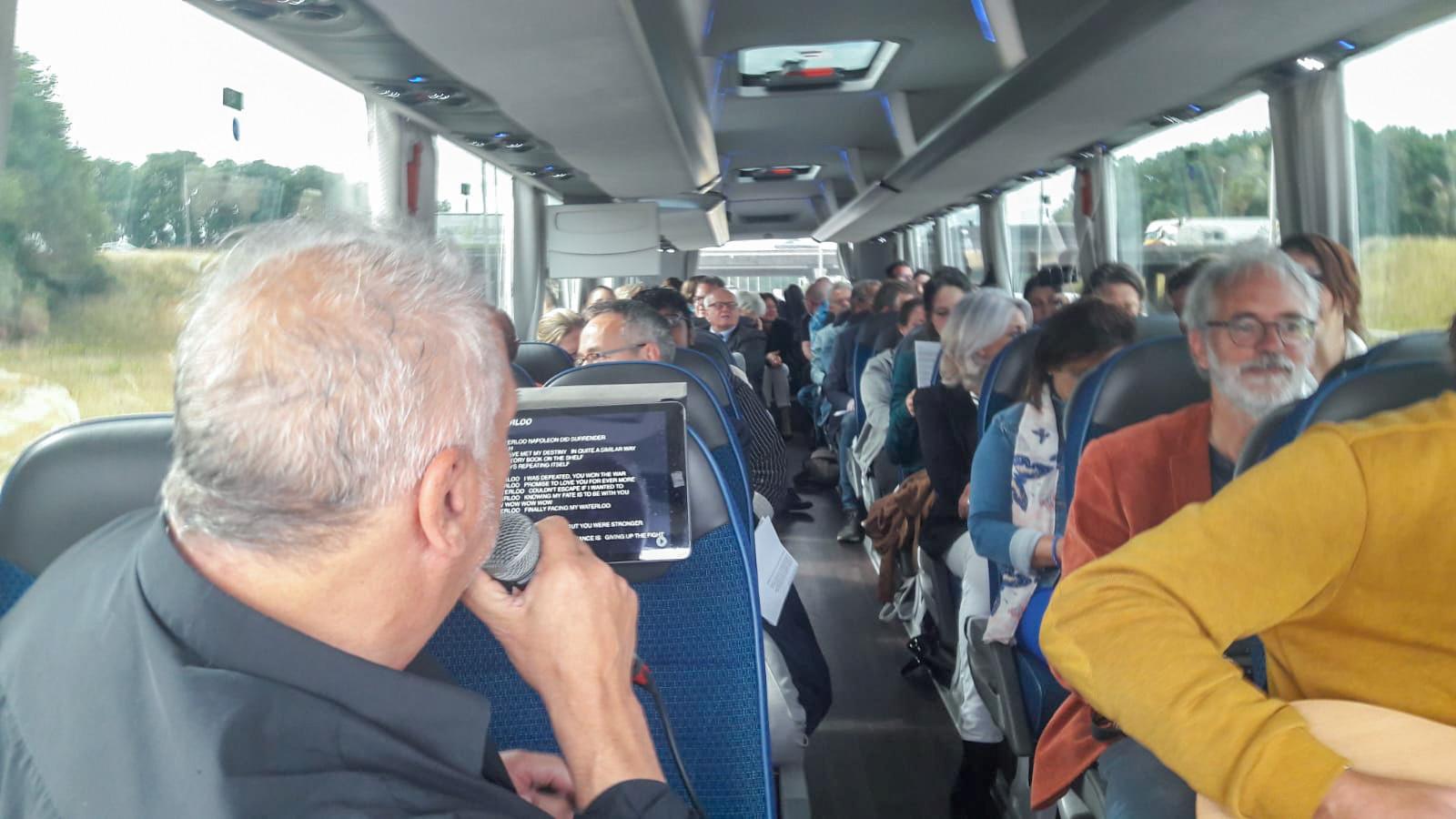 Lain Barbier zingt Waterloo in de bus richting Hilversum.
