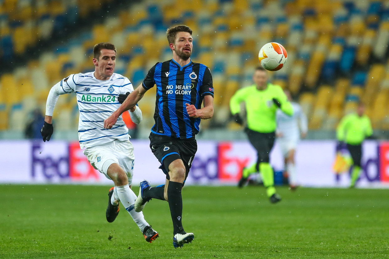 Dinamo Kiev-speler Denis Popov zit Brandon Mechele van Club op de hielen in het Olimpiejsky-stadion. Beeld Photo News