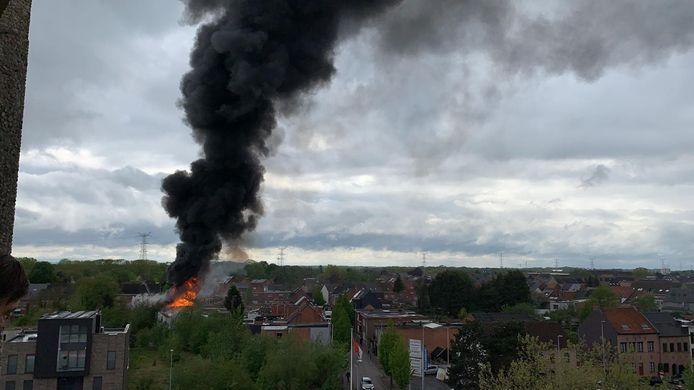 De brand zorgde voor een enorme zwarte rookpluim boven de stad.