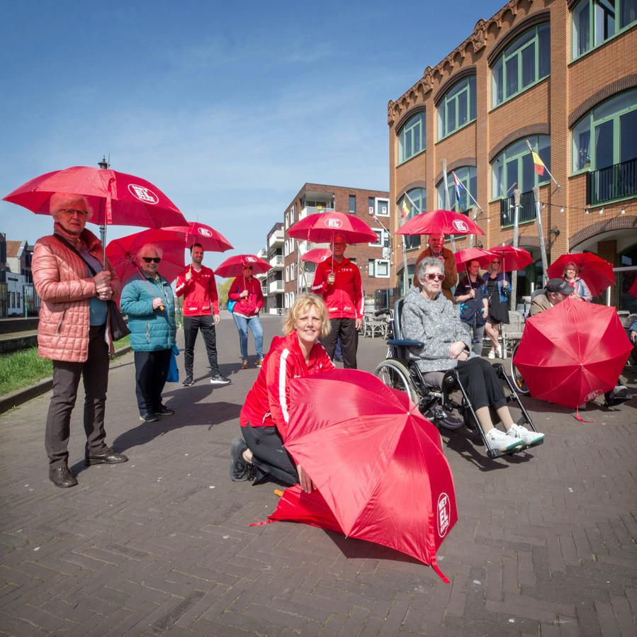 De start van de beweegcampagne Kletsparaplu van Surplus en ondernemers in Etten Leur donderdmiddag bij het Turfschip in Etten-Leur.