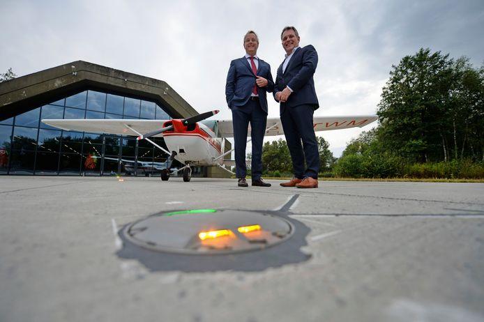 De directieleden Hans van der Kuil en Erik Velderman op de voormalige luchthaven Twente, waar het bedrijf een showroom en demoruimte heeft in een voormalige hangard.