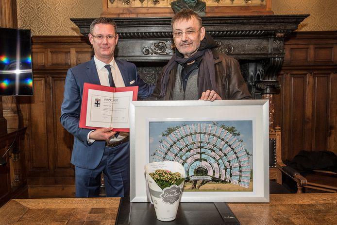 Bertrand Nolf (rechts) werd dit voorjaar nog gehuldigd omdat hij zich over het stadsarchief ontfermde en het zo van de vergetelheid redde.