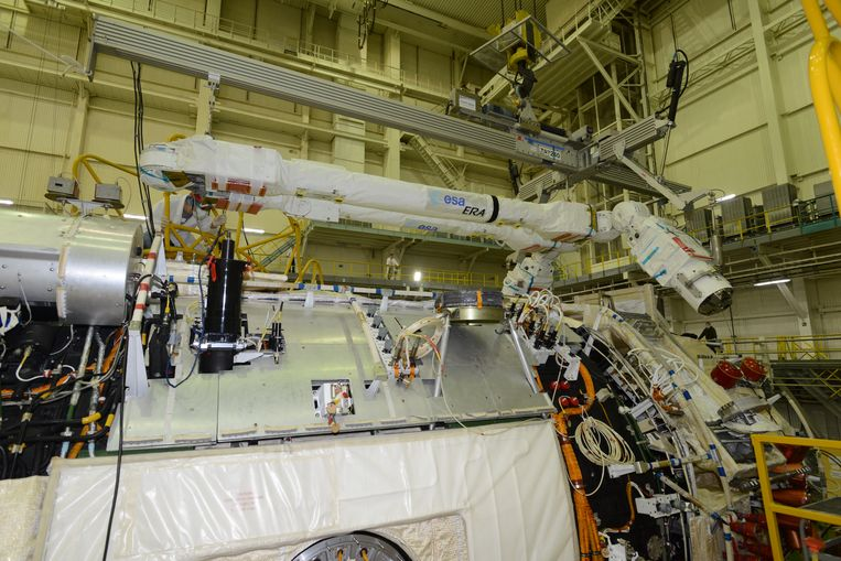De 'Nederlandse' robotarm ERA wordt in Rusland boven op de module Nauka gemonteerd, in afwachting van de lancering naar internationaal ruimtestation ISS. Beeld ESA/RSC Energia