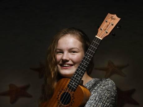 Lynn (14) uit Culemborg heeft al acht ukelele's en een kleine 13.000 volgers op Instagram