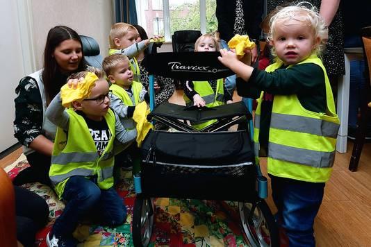 Peuters van kinderopvang Het Toverbloempje wassen de rollators voor de ouderen in zorgcomplex De Anbarg