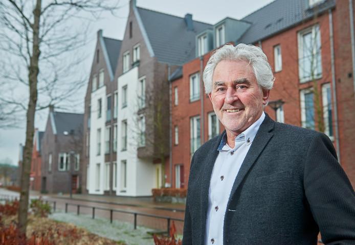 Architect Noud Leenders in de Peellandstraat in wijk Bolken in Veghel, een wijk van zijn hand.