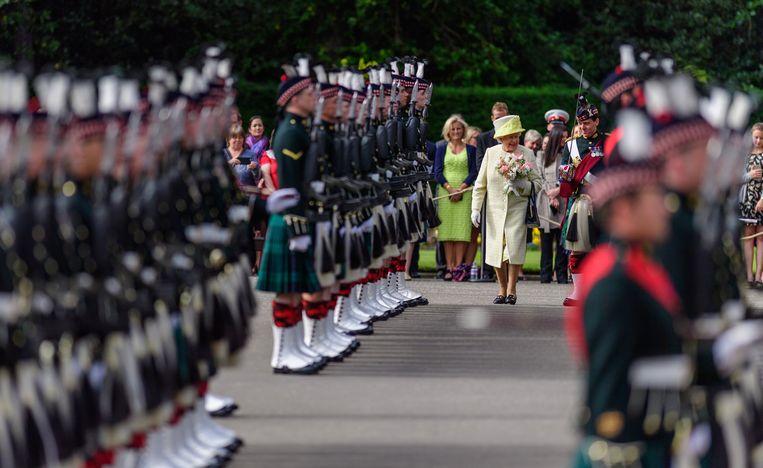 Koningin Elizabeth verscheen maandag weer in het openbaar in Edinburgh.
