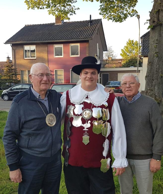 Sam Huting, geflankeerd door zijn opa's.