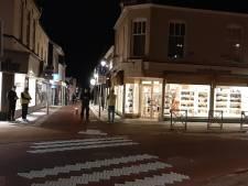Politie is massaal aanwezig in de stille straten van Geldermalsen, relschoppers lijken weg te blijven