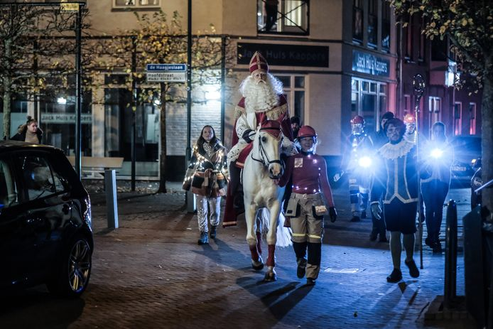 Sinterklaas verkent de straten van Terborg.