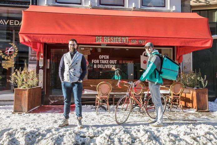 Kosta Efstra, eigenaar van Restaurant de Resident en Jacob Voorhoeve, bezorger bij Deliveroo.