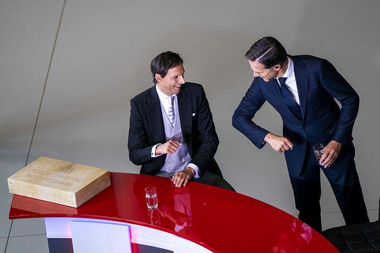 Demissionair minister Wopke Hoekstra van financiën (CDA) en demissionair premier Mark Rutte (VVD) met de rijksbegroting en miljoenennota.  Beeld ANP