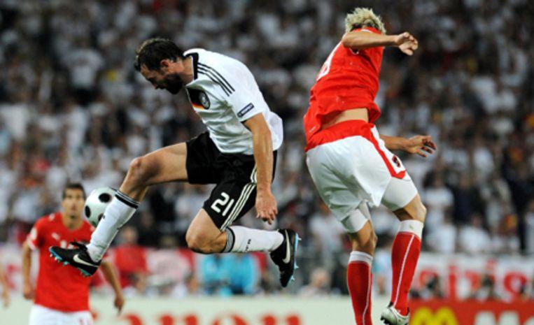 De Duitse verdediger Christoph Metzelder in strijd met de Oostenrijkse Roman Kienast. Foto EPA/Vassil Donev Beeld