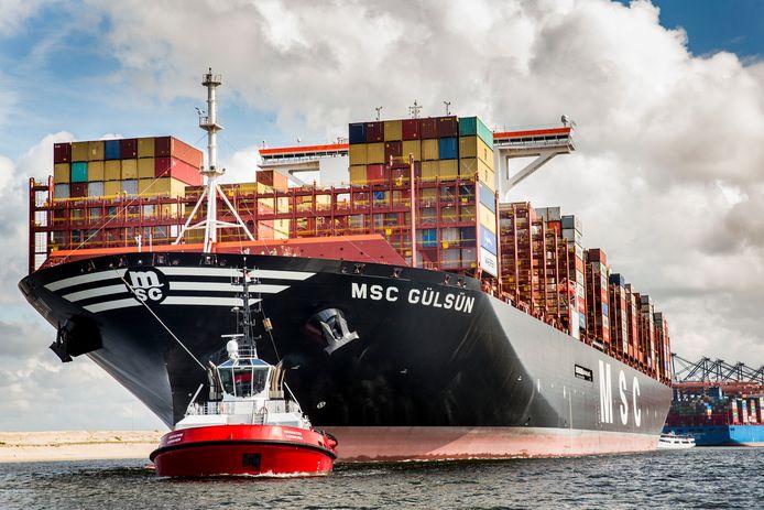 Schepen, zoals de  MSC Gülsün, komen nog steeds naar de Rotterdamse haven. Er moeten ook grote investeringen worden gedaan. Door de stroperige kabinetsformatie zijn ontwikkeling verlamd, volgens wethouder Arjan van Gils.