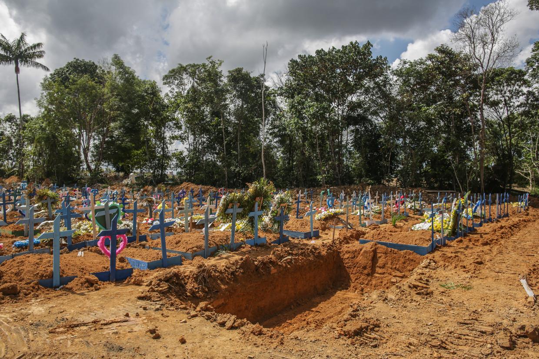 Een massagraf in Manaus Beeld Getty Images