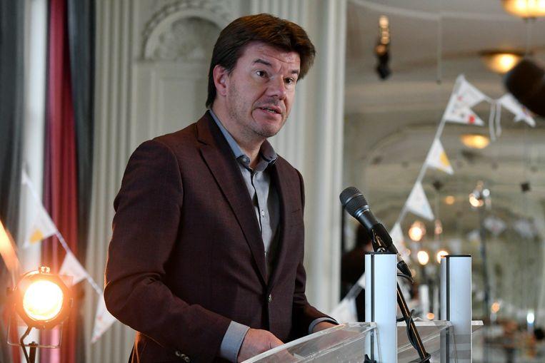 Vlaams minister van Jeugd Sven Gatz reikte de labels uit. Beeld Photo News