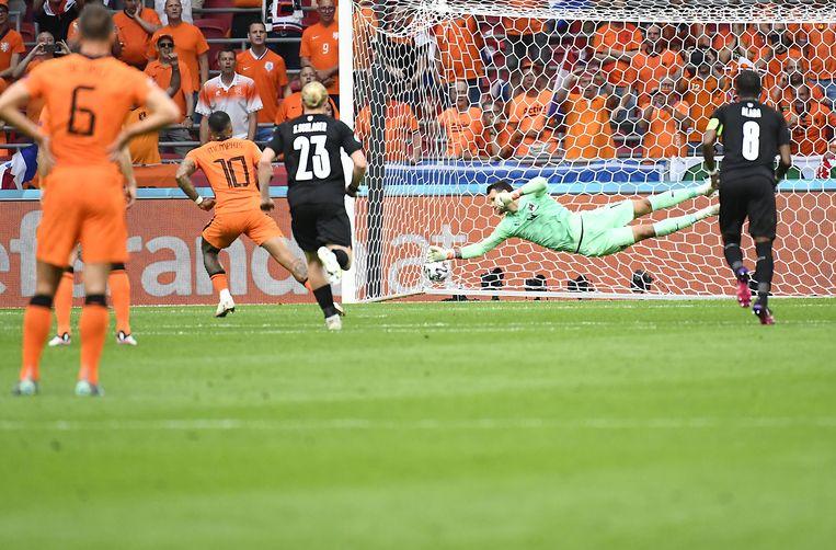 Memphis Depay scoort tegen Oostenrijk uit een strafschop. Frank de Boer laat Oranje er al sinds het trainingskamp in Portugal op trainen. Beeld EPA