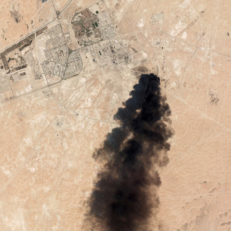 Satellietbeeld toont een gitzwarte rookwolk boven de olie-installaties.