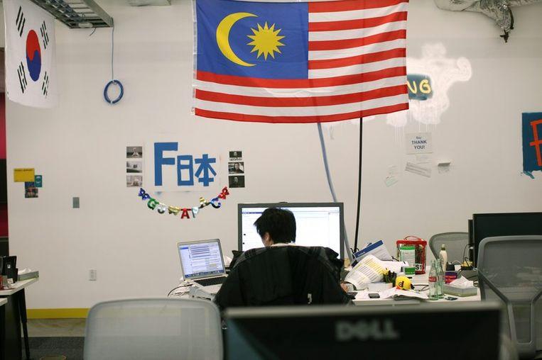 Een employee werkt in het kantoorgebied voor 'international user operations'. <br /> Beeld reuters