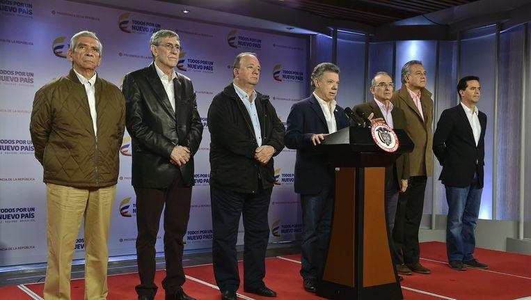 De Colombiaanse president Juan Manuel Santos (midden) kondigt aan dat 57 van 500 ontvangen voorstellen zijn geselecteerd om de vredesonderhandelingen met FARC aan te passen. De voorstellen worden in Havana besproken met afgevaardigden van FARC. Beeld EPA