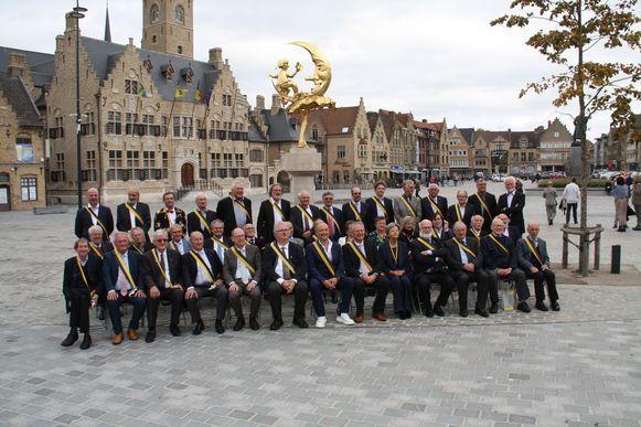 De aanwezige ridders gegroepeerd op de Grote Markt bij 't Manneke uit de Mane.