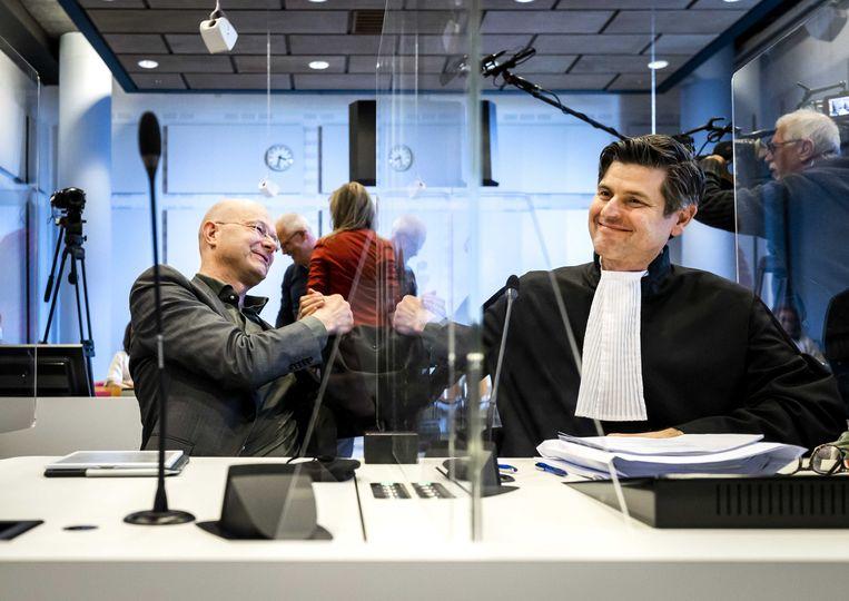 Donald Pols (links), directeur van Milieudefensie, reageert opgetogen na de uitspraak van de rechtbank. Beeld ANP