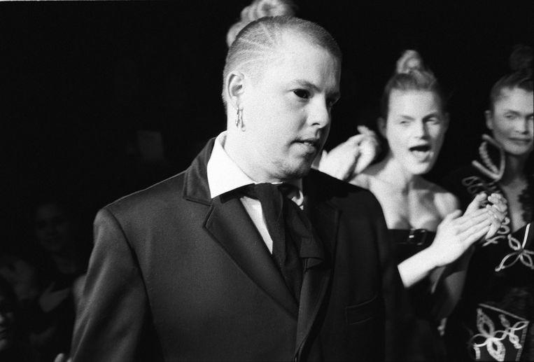 Brits modeontwerper Alexander McQueen. Beeld Getty Images