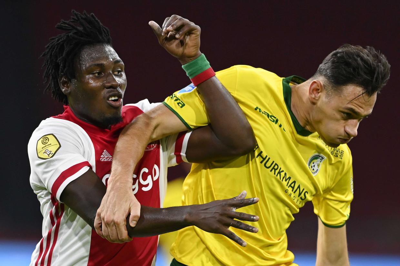 Ajax-spits Lassina Traoré zaterdagavond in duel met Jaroslaw Jach van Fortuna Sittard.