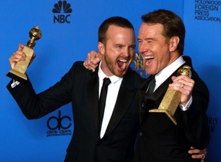 null Beeld Acteurs Aaron Paul (L) en Bryan Cranston met de twee Globes voor de serie Breaking Bad. EPA