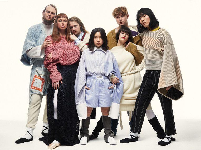 De leden van de band. Vlnr: Emily, Ruby, Tucan, Orono, Harry, B en Seoul. Het achtste bandlid Robert Strange ontbreekt op deze foto. Beeld Max Hirschberger