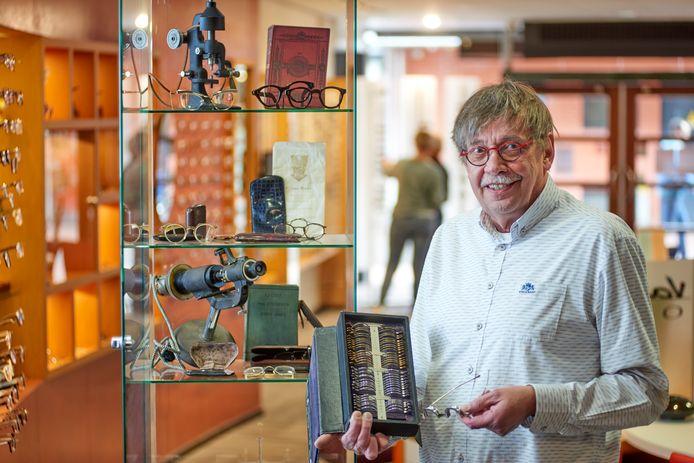 Opticien Theo van Hout bij de vitrine met oude opticienspullen die verhuist naar de Noordkade in Veghel.