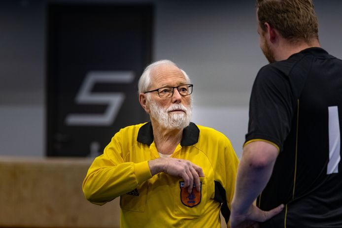 Henk Borkent is 80 en fluit nog altijd met veel plezier zaalvoetbalwedstrijden.
