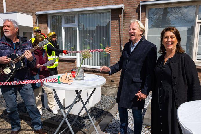 Gerard en Toos van der Steen zijn 50 jaar getrouwd. Zo'n 80 gasten kwamen een voor een langs, onder wie een troubadour.