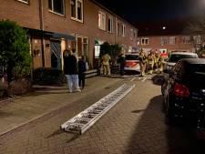 Brandweer bevrijdt vrouw uit benarde positie bij woning in Deventer