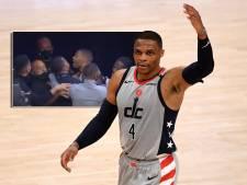 Basketbalfan gooit popcornbak leeg over het hoofd van furieuze NBA-vedette