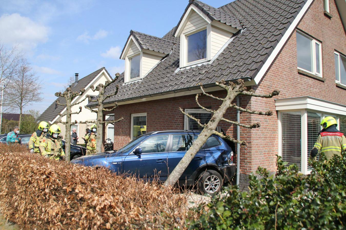 De schade aan het huis en de auto is groot.