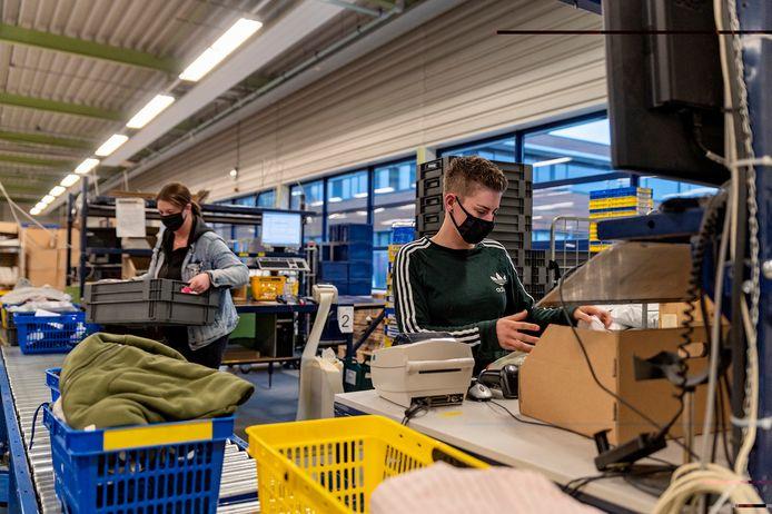 Medewerkers van partycentrum/cateraar De Commanderie zijn uitgeleend aan de eveneens Tilburgse logistiek dienstverlener Pondres.