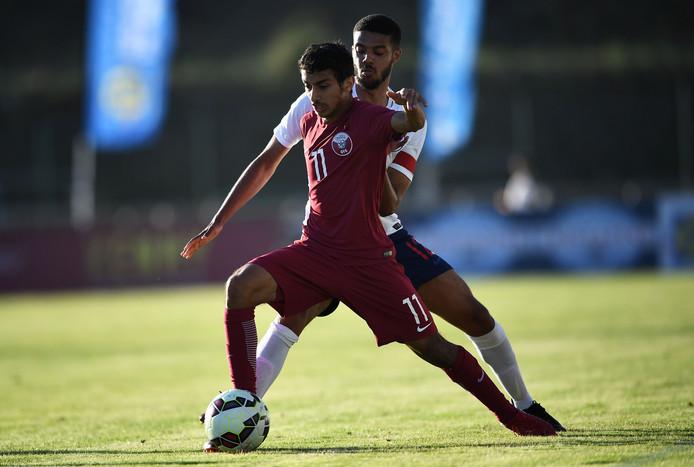 Jake Clarke-Salter  zit voor Engeland Onder 20 jaar Abdulla Almurisi  van Qatar op de hielen. De Brit komt komend seizoen op huurbasis uit voor Vitesse.