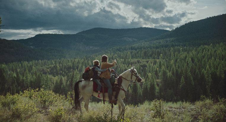 Joe en zijn vader Troy op de vlucht in Montana. Beeld