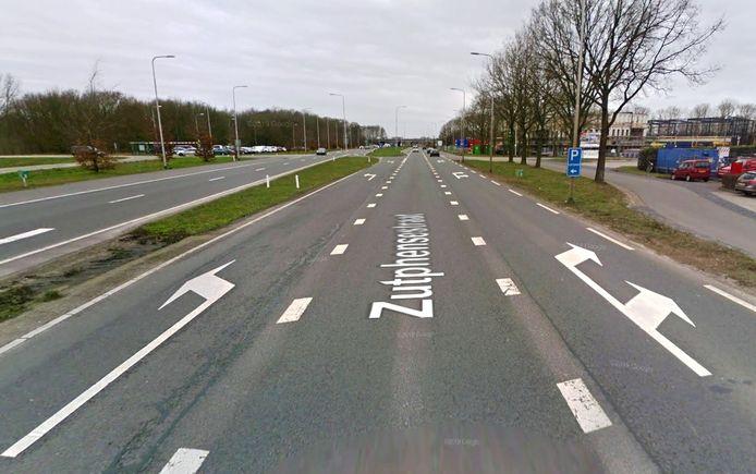 De Zutphensestraat kent net buiten Apeldoorn vrij veel zijwegen en uitritten van woningerven en bedrijfspercelen.