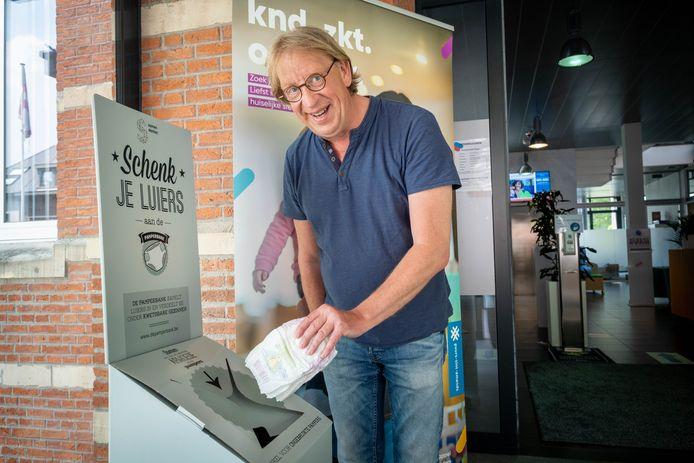 Door ziekte kon schepen Peter Van Hoeymissen niet aanwezig zijn, schepen Yvo Van Damme doneert daarom de eerste pampers in de pamperbox in het Sociaal Huis.