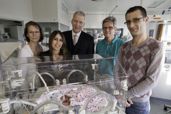 Makarios en Hannan Touma bij hun dochtertje Melissia, bijgestaan door de artsen dr. Rieger-Fackeldey (links), dr. Hoppenheit (midden) en dr. Klockenbusch (tweede van rechts).